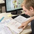 Bei der Planung von Bauvorhaben berücksichtigen Zeichner/innen auch vorgeschriebene Normen und Gesetze.