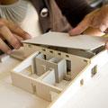 Für Präsentationen erstellen die Berufsleute dreidimensionale Darstellungen von Plänen oder einfache Modelle aus Karton oder Holz.