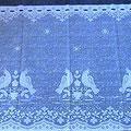 € 0,60 per meter Valletjes (korte vitrage) wit (op de foto liggen ze op een blauwe mat) Zijn verschillende breedtes