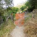 Des barrières faites de brics et de brocs