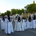 Semaine Sainte, en Espagne, pendant une semaine, il y a des processions en soirée