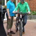 Simon Praetze mit e-Bike Interessierten