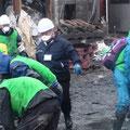 4/23 塩釜: ボランティアの皆さんによる ヘドロ出し作業