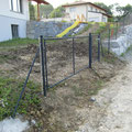 5.6.2013: Drahtgeflecht-Zaun entlang der Wiesenstraße mit 2 Toren