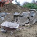 Steinmauer im Gemüsebeet