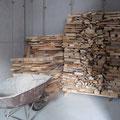 9.2.2013: Damit im Frühling die Terrasse gemacht werden kann, transportiert Christian das Brennholz wieder in den Keller.