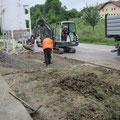 4.6.2013: Baggerfahrer Rudi macht den Weg für die Pflasterer in der Einfahrt frei