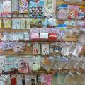 Свадебные украшения и аксессуары: ленты, медали, значки, гирлянды, растяжки, фигурки на торт, плакаты, свадебные топперы