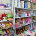 Материалы для праздничной и/или подарочной упаковки: бумага, гофробумага, пленки, фетр, органза, плетенка (лоза), картонные коробки