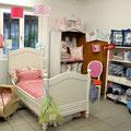 Bett und Accessoires von Trouvaille kids, Lampen von IK Design, Stuhl aus dem Polster-Atelier von Margot Beeler und shabby chic Möbel von Puce et plus.