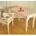 Kindertisch mit Tischtuch aus Tilda-Stoff und Kinder-(Stil)Stuhl mit Sitzkissen