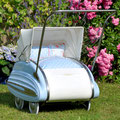 Wisa Gloria Puppenwagen, rostbehandelt, poliert, neue Gummireifen und mit neuem Bettinhalt