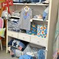 Kleider von Float, Lampen von IK Design, Accesoires von Trouvaille kids.