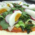 本日のピザ①キャベツ、春菊、ラディッシュ、紅菜苔、大根、卵