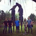 Melissa Bachman e quattro amici eunuchi appendono due coccodrilli per la foto ricordo.