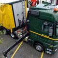Der 40 Tonnen Lastwagen der Speditionsfirma bringt sich in Position.