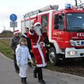 Der Weihnachtsmann und sein Engelchen kommen in Posewald an.