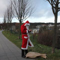 Der Weihnachtsmann checkt seine nächsten Termine.