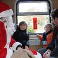 Der Weihnachtsmann bei den Kindern im Zug.