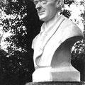 """Les socles sur lesquelles se trouvent ce buste sont toujours visibles dans le """"jardin français"""" (parc à fleurs). Les bustes ont disparu."""