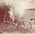 Octave sur le vélo avec son frère Oswald (vers 1903)