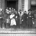 On aperçoit Pierre Baude et son épouse Germaine Larbalétrier + Gérard Baude, leur fils, Octave est le 2e à droite; rené Décamps et Paula Delvaille