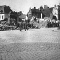 Vue prise du haut de la Grand-Place - Au centre, deux Allemands - A gauche, quelques maisons de la rue Sainte-Gertrude - A droite, la base du perron