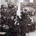 Le colonel Camille Joset remet un drapeau dans les ruines de Nivelles