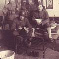Mai 1922 - OS est à droite. Il tient un bol.