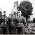 Fin septembre 1940 - Devant le monument Seutin. Auteur inconnu