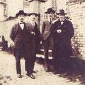 1927 - Devant l'église de Thines. Octave Sanspoux est à gauche.