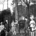 Bois du Saint-Sépulcre. Près de l'arbre : Yvonne Lambert et Paul Bila
