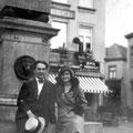 1930 - Devant l'obélisque sur la Grand-Place à Nivelles