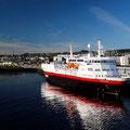 Die MS Vesterålen liegt südgehend im Hafen von Trondheim.