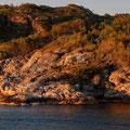 Das Abendlicht färbt die Küste in ein warmes Licht.