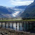 Passender Kontrast zum Gletscher bildet dieser zerstörte Bootssteg.