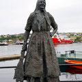 Die Klippfischfrau gegenüber des Hafens ein beliebtes Fotomotiv.