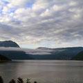 Frühmorgens ziehen die Wolken in den Hardangerfjord.