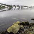 Kleine Eisberge auf einem See im Vikafjell
