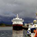Die MS Kong Harald vor Gewitterwolken.