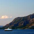 Langsam geht die Sonne unter - die Fähren fahren noch.