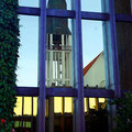 Die Kirche von Molde spiegelt sich in den Fenstern des Rathauses von Molde.