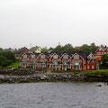 Die farbenfrohen Häuschen in Brønnøysund wirken im Regen nicht so schön.