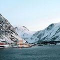 Øksfjord wird erreicht und strahlt in der Sonne.