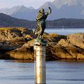 Die treue Fischersfrau erwartet uns im Hafen von Svolvær .