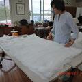 綿を準備しているところ