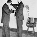 Demostración con un aparato de Rayos X a principios del siglo XX