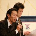 入会式司会の岸田・河村  河村、目が恐いぞ!