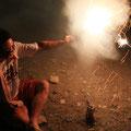 打ち上げ花火は手で持つんだぜ。