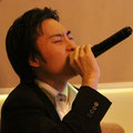 太田熱唱 高音の時はマイクが上向きます。